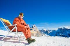 Snowboarders na górze горы имея потеху сидя на салоне фаэтона стула Стоковая Фотография RF