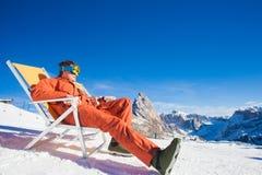 Snowboarders na górze горы имея потеху сидя на салоне фаэтона стула Стоковое Изображение