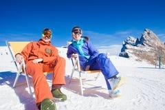 2 snowboarders na górze горы имея потеху сидя на салоне фаэтона стула Стоковое Фото