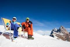 2 snowboarders na górze горы имея потеху Стоковые Изображения RF