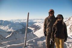 Snowboarders na parte superior da montanha imagens de stock royalty free