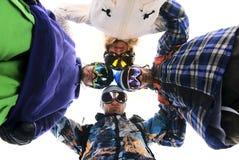 Snowboarders no círculo que olha para baixo Imagens de Stock