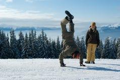 Snowboarders novos que têm o divertimento fotografia de stock