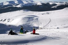 Snowboarders in pauze royalty-vrije stock foto's