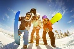 Snowboarders pozuje na niebieskiego nieba tle w górach Fotografia Stock