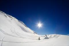 Snowboarders que dão forma a um salto imagens de stock