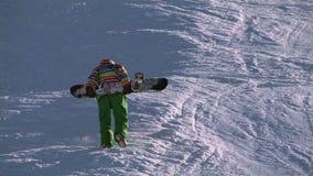 Snowboarders que escalam à parte superior da montanha video estoque