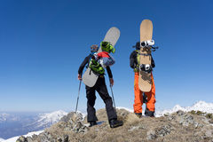 Snowboarders que estão sobre uma montanha Fotos de Stock Royalty Free