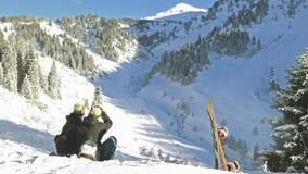Snowboarders que miran las montañas almacen de metraje de vídeo
