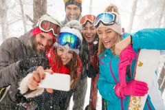 Snowboarders of skiërs die selfie in sneeuwbos nemen Royalty-vrije Stock Afbeelding
