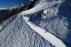 Snowboarders som stiger ned skidaspåret i Rosa Khutor, Ryssland Royaltyfri Fotografi