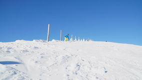 Snowboarders voert trucs op de snow-covered berghelling uit stock footage