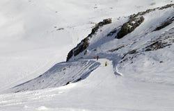 Snowboarders y esquiadores en cuesta del esquí Imagen de archivo libre de regalías