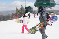 Snowboarders y Skiiers en la montaña de la raqueta, Virginia Occidental Fotografía de archivo