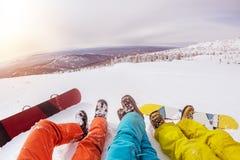 Snowboardersbenen en snowboards tegen zonsondergang Royalty-vrije Stock Foto