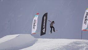 Snowboardershoogspringen van springplank vlaggen Het van brandstof voorzien van de benzinepomp Bergen Zonnige dag stock video