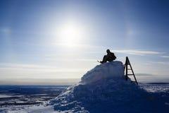 Snowboardersilhouet in het zonlicht bovenop de berg Royalty-vrije Stock Fotografie