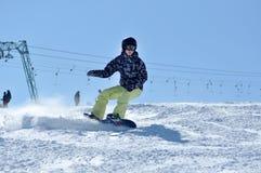 Snowboardersnowboarding auf dem Piste Lizenzfreie Stockbilder