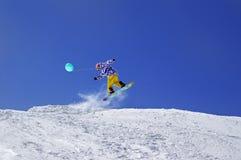 Snowboardersprong met stuk speelgoed ballon in terreinpark bij skitoevlucht Stock Afbeeldingen