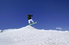 Snowboardersprong in sneeuwpark bij skitoevlucht op de dag van de zonwinter Royalty-vrije Stock Afbeelding