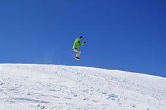 Snowboardersprong in sneeuwpark bij skitoevlucht op zondag Royalty-vrije Stock Afbeeldingen