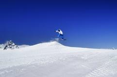 Snowboardersprong in sneeuwpark bij skitoevlucht op zonnige de winterdag Stock Foto