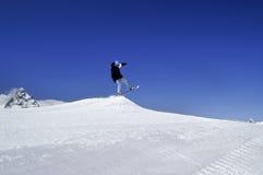 Snowboardersprong in terreinpark bij skitoevlucht op de dag van de zonwinter Royalty-vrije Stock Afbeeldingen