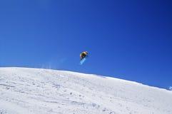 Snowboardersprong in terreinpark bij skitoevlucht op zondag Royalty-vrije Stock Fotografie