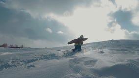 Snowboarderstijgingen tot de bovenkant stock video