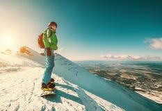 Snowboarderverblijf op de bergbovenkant royalty-vrije stock afbeelding