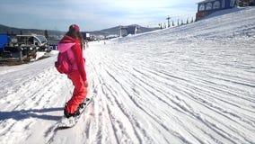 Snowboardervrouw op een helling in langzame motie 1920x1080 stock videobeelden