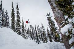 Snowboarding που πηδά πέρα από μια διαδρομή γατών Στοκ φωτογραφίες με δικαίωμα ελεύθερης χρήσης