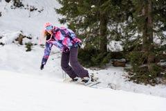 Snowboarding da mulher do inverno imagens de stock