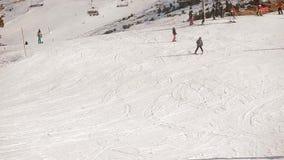 Snowboarding de esqui das montanhas da neve do elevador de esqui video estoque