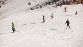 Snowboarding de esqui das montanhas da neve do elevador de esqui vídeos de arquivo