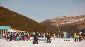 Snowboarding de esqui das montanhas da neve do elevador de esqui filme