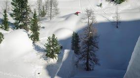 Snowboarding de jeune homme Fond de sport Sport d'hiver images stock