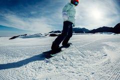 Snowboarding de surfeur en montagnes d'hiver Photographie stock libre de droits