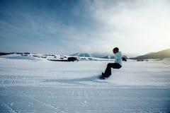 Snowboarding de surfeur en montagnes d'hiver Photo stock