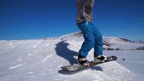 Snowboarding, der auf einen Kicker springt