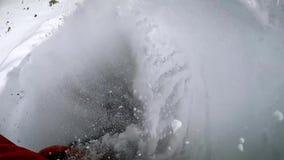 Snowboarding des jungen Mannes Basketball mit Metallflügeln Skispuren im Schnee lizenzfreies stockbild