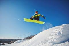 Snowboarding do desportista fotografia de stock royalty free