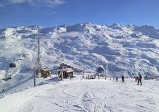 A snowboarding do esqui inclina-se em montanhas nevado dos cumes do inverno Imagem de Stock