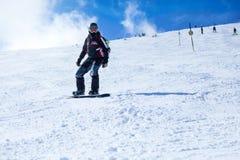 Snowboarding do homem novo Fotografia de Stock Royalty Free