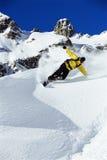 Snowboarding do homem novo Foto de Stock Royalty Free