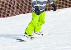 Snowboarding do Snowboarder na neve fresca Imagem de Stock