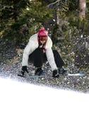 Snowboarding in einem Wald lizenzfreies stockbild
