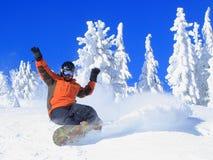 Snowboarding em um dia do Bluebird imagem de stock