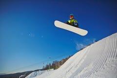 Snowboarding am Erholungsort stockfotografie