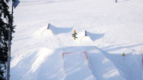 Snowboarding et ski extrêmes banque de vidéos